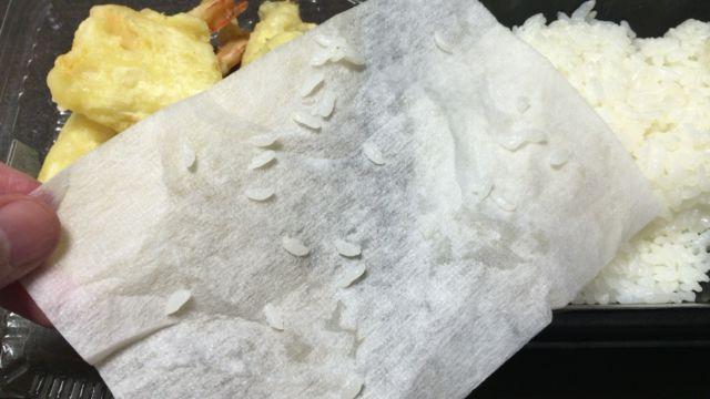 紙にくっつくご飯粒