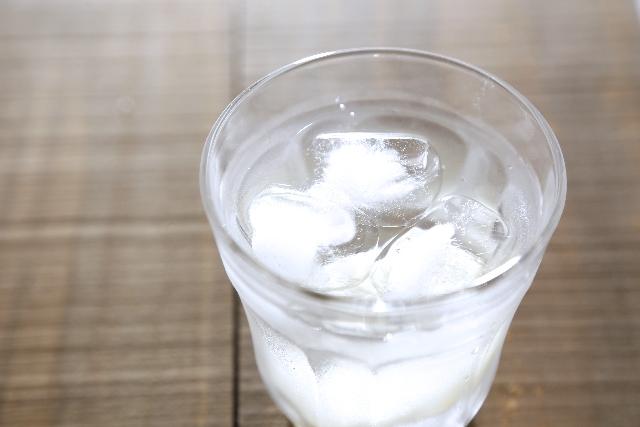 家庭用の氷は中心が白くなる