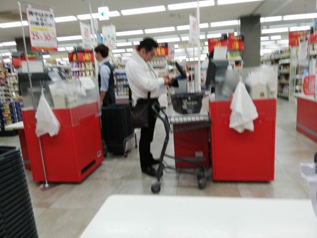 スーパーでアイスを買う